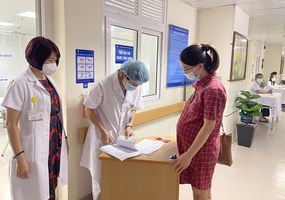 Gần 200 phụ nữ mang thai trên 13 tuần ở Hà Nội tiêm vaccine Covid-19 trong ngày đầu tiên triển khai (Nguồn: Sức khỏe đời sống)
